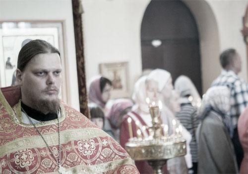 Священник читает хвалебный гимн