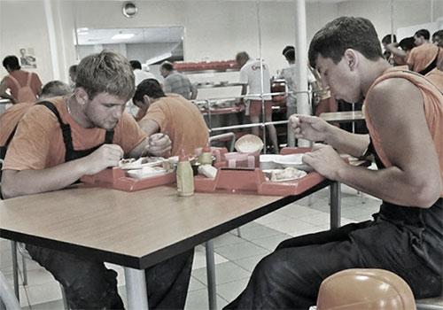 Работники фабрики пьют молоко при вредном производстве