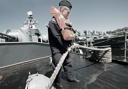 Моряк и процесс пришвартовки судна