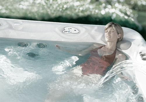 Девушка лежит в ванне