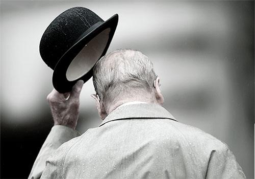 Дедушка снял шляпу с головы