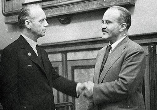 Молотов и Риббентроп пожимают руки после подписания пакта