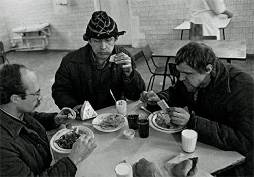 Рабочие питаются в столовой СССР