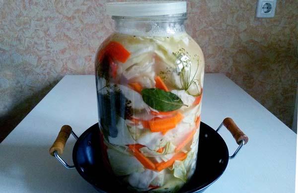 Соленая капуста в банке с морковью