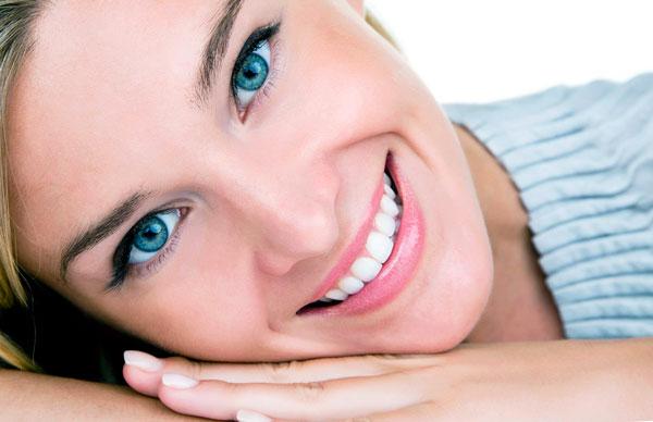 Лучезарная улыбка девушки