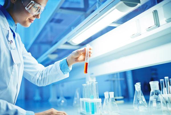 Девушка-биотехнолог в лаборатории удваивает растения