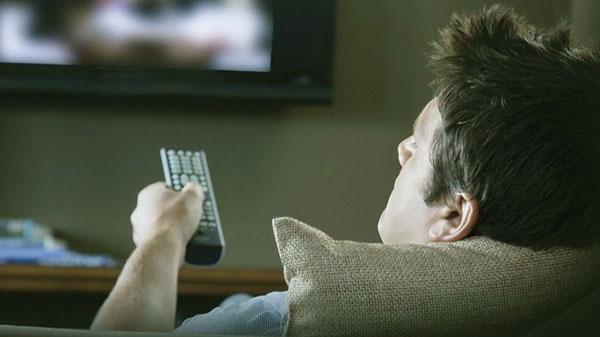 Смотрит рекламу на ТВ