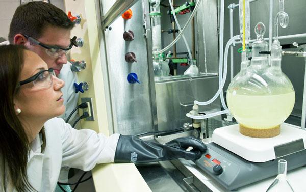 химик-технолог на работе