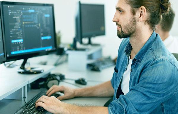 Программист разрабатывает информационное приложение