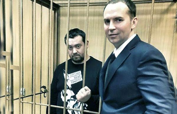 Эрик со своим адвокатом за решеткой