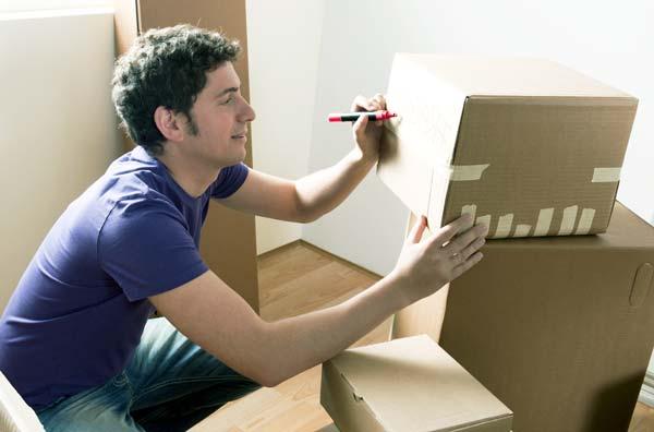 Переезд в другой город - собирает коробки