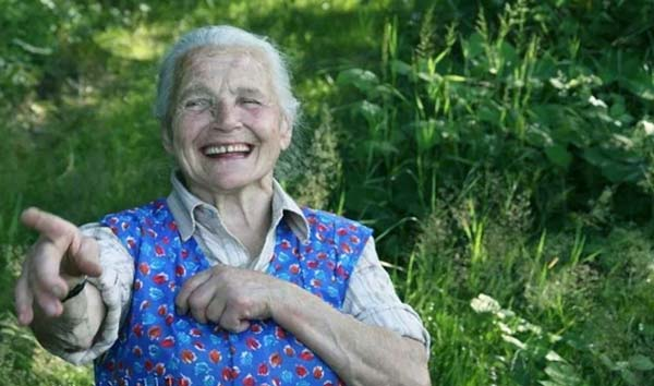 Худая но веселая бабуля