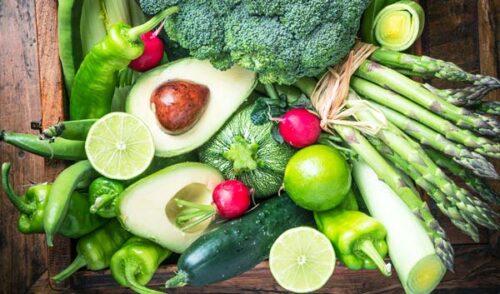 Сырые овощи на столе