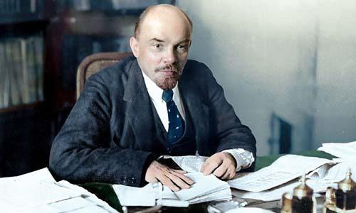 Ленин за столом