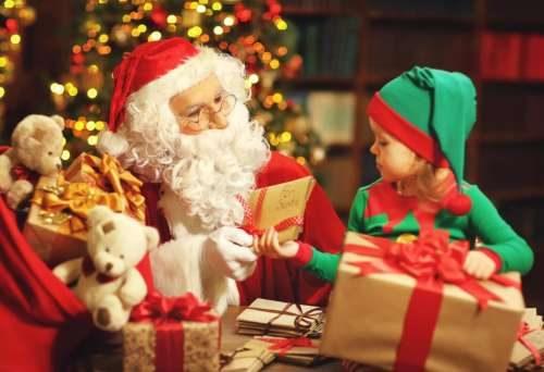 Дед Мороз старается угодить всем детям
