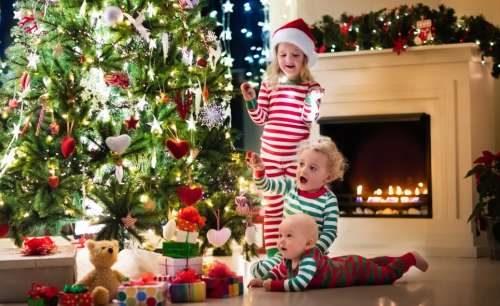 Дети празднуют Новый год  у елки