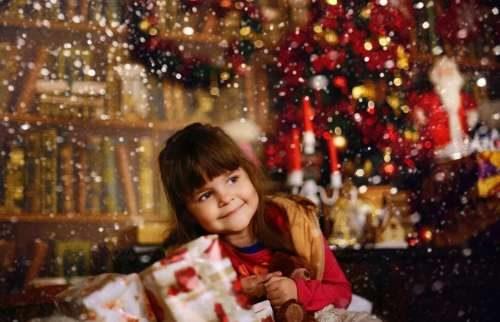 Девочка ждет подарка и праздника