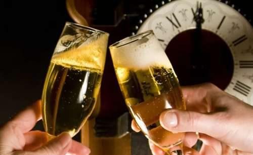 Новогодние бокалы с шампанским