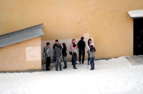 школьники за гаражами сосут Снюс