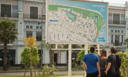 Смотрят на карту Батуми