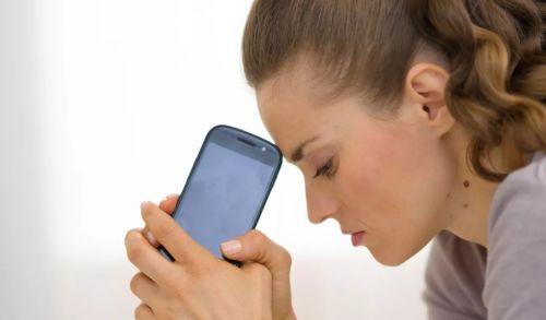 девушка с телефоном расстроена