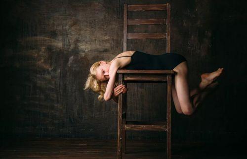 девушка со стулом