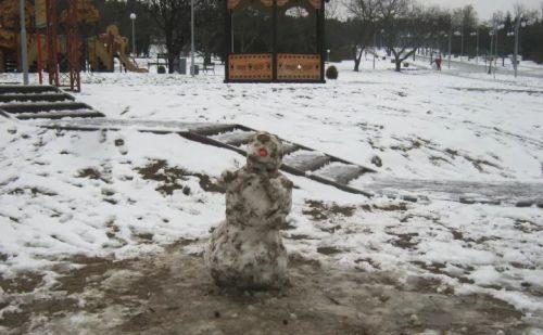 Грязый снеговик из теплого снега