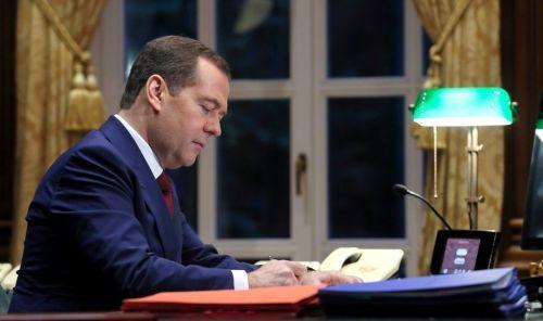 Подписывает заявление об отставке