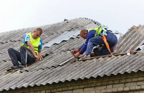 шифер на крыше и работники