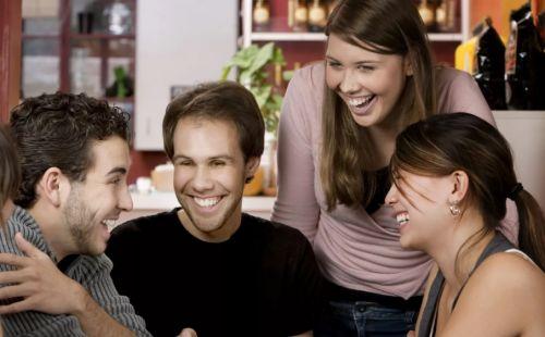 Веселятся и общаются друзья (что с его лицом)