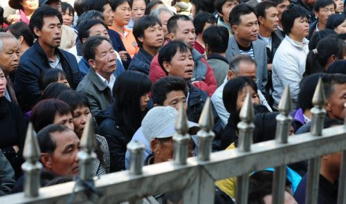 Китайцы лезут через забор уже