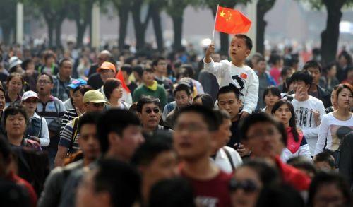 Много китайских людей на улицах