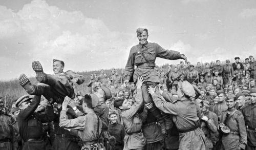 Радуются победе 1945