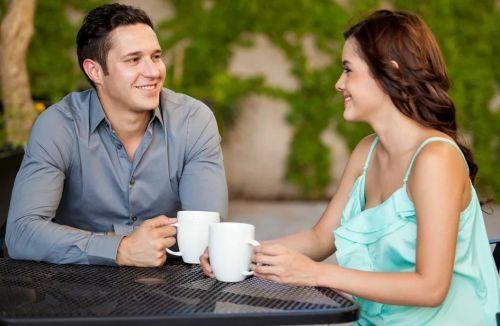 девушка флиртует с парнем за столом