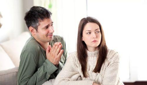 Парень пытается извиниться перед ней