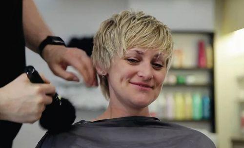 парикмахер стрижет с короткой стрижкой