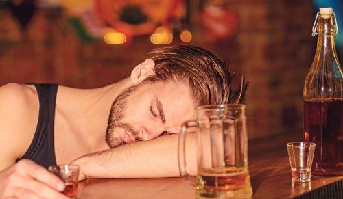 Алкоголик спит на баре
