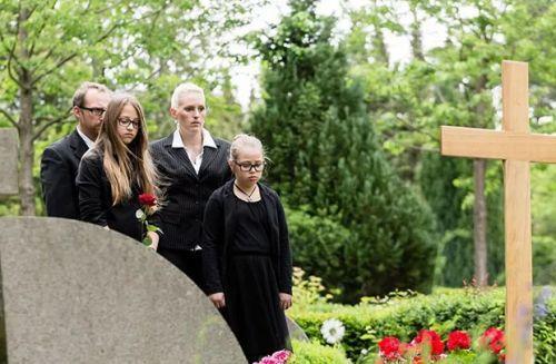 Безутешные родственники на кладбище