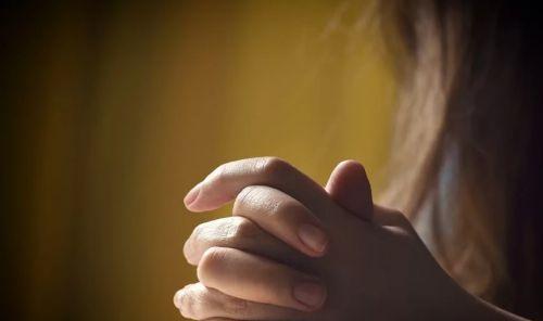 Родственник молится за душу усопшего