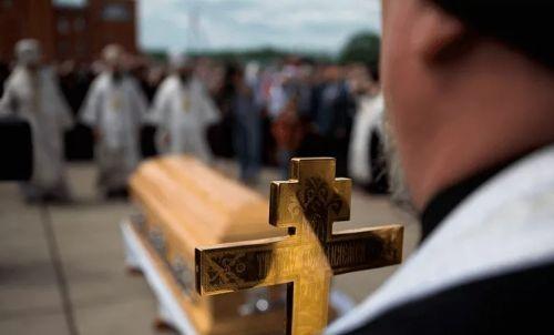Священник на похоронах