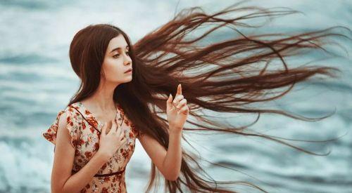 девушка длинные волосы и  ветер