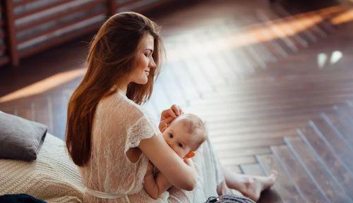 девушка длинные волосы младенец кормит