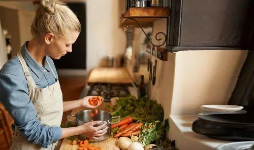 Девушка готовит на кухне вкусно