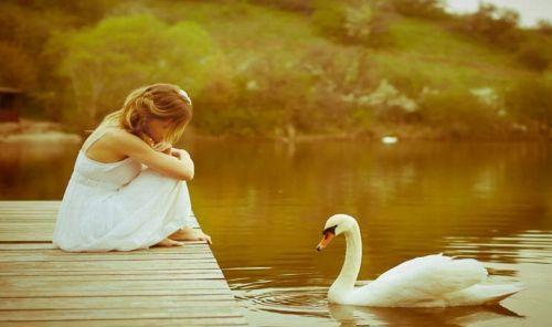Девушка спокойна на озере