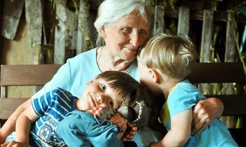 Хорошо в деревне с бабулей ребенку