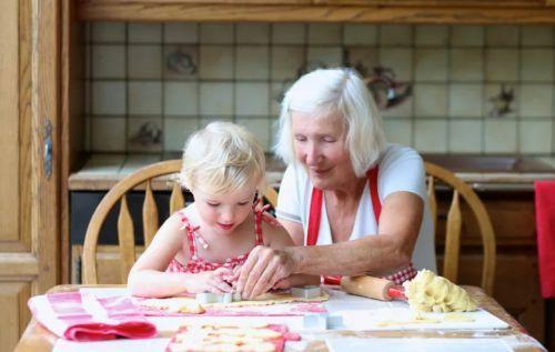 ребенок гостит у бабули