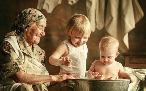ребенок гостит у бабушки
