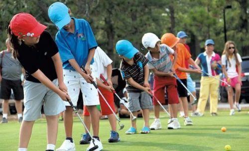 ребенок играет в гольф