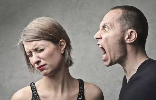 Сильно кричит на жену