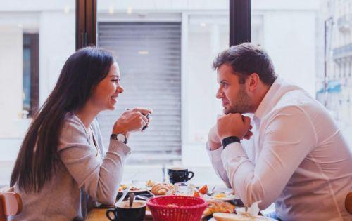Сидят в кафе   свидание
